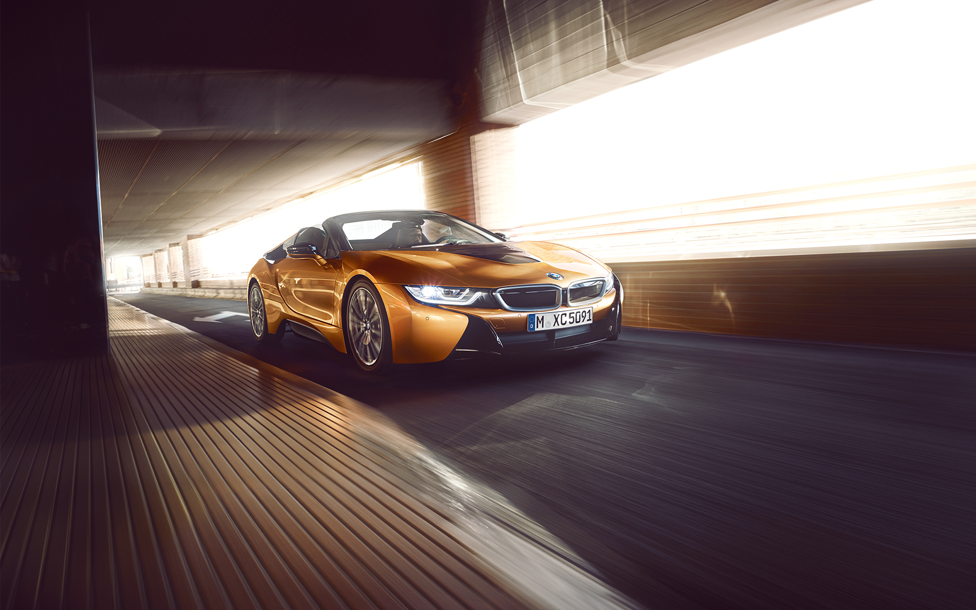 BMW i8 Roadster in Fahrt: Frontansicht