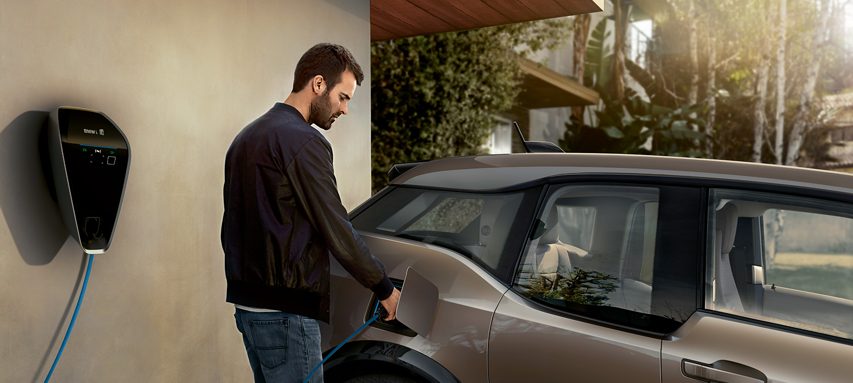 BMW Laden - BMW i3s Mann an Ladestation